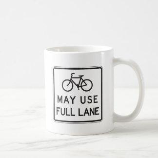 Les bicyclettes peuvent employer la pleine ruelle mug