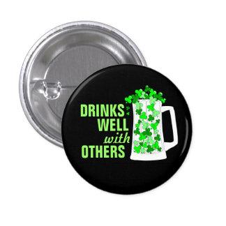 Les boissons bien avec d'autres attaque des pin's