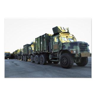 Les camions blindés se reposent sur le pilier à la impression photo