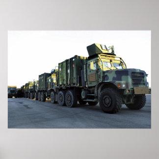 Les camions blindés se reposent sur le pilier à la posters
