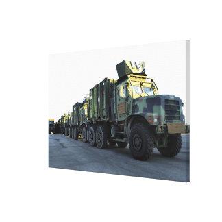 Les camions blindés se reposent sur le pilier à la toiles
