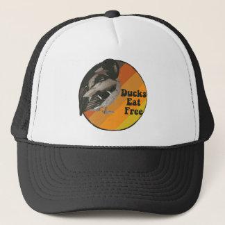 Les canards mangent librement casquette