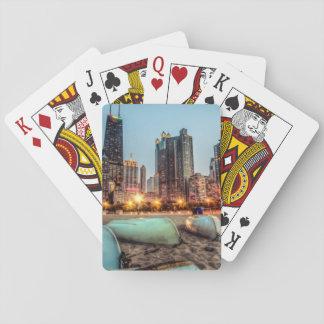 Les canoës sur la rue de chêne échouent après cartes à jouer