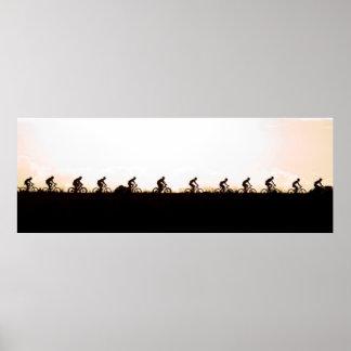 Les cavaliers de vélo de montagne font leur poster