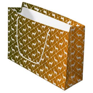 Les cerfs communs modèlent sur l'arrière - plan de grand sac cadeau