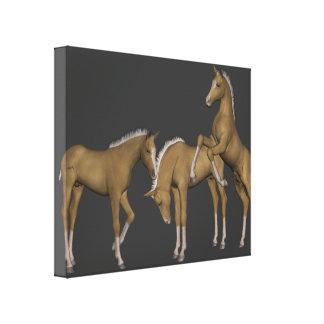 Les chevaux d'or de palomino ont enveloppé l'art d toiles tendues