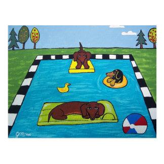 Les chiens de teckel ont une carte postale de réce