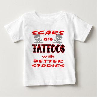 Les cicatrices sont des tatouages avec de t-shirt pour bébé