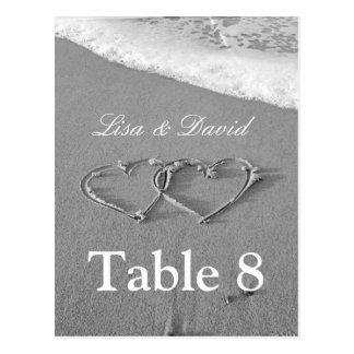 Les coeurs dans la table de sable numérotent le carte postale