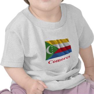 Les Comores ondulant le drapeau avec le nom en fra T-shirts
