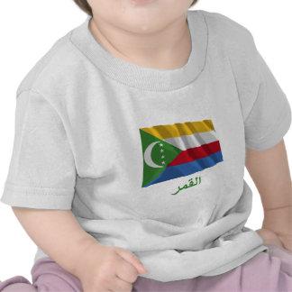 Les Comores ondulant le drapeau avec le nom en T-shirts
