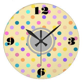 Les confettis de pois colorent l'horloge murale grande horloge ronde