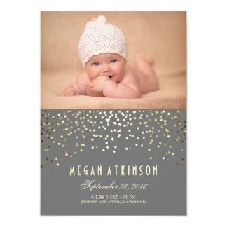 Les confettis d'or pointillent la naissance carton d'invitation  12,7 cm x 17,78 cm