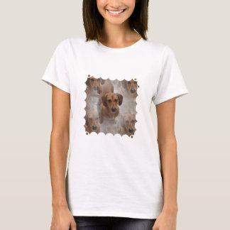 Les dames de délivrance de teckel ont adapté le t-shirt