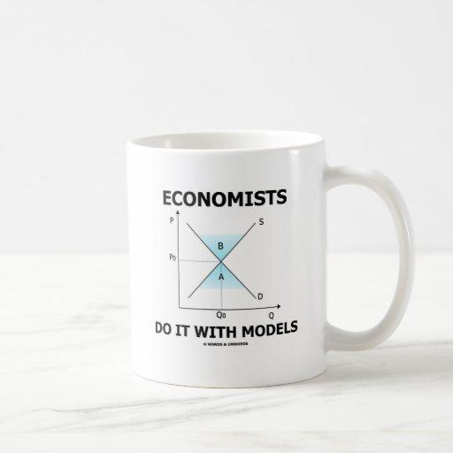 Les économistes le font avec des modèles (l'humour tasse à café