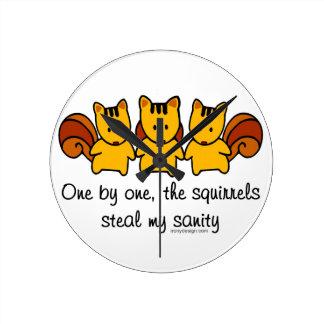 Les écureuils volent ma santé d'esprit horloge ronde