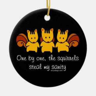 Les écureuils volent ma santé d'esprit ornement rond en céramique