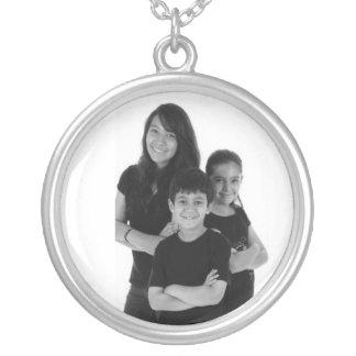 Les enfants argentés de famille de collier ajouten