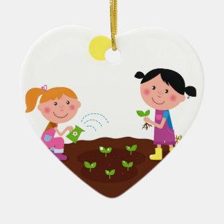 Les enfants heureux de ressort de jardin ornement cœur en céramique