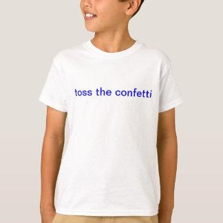 les enfants jettent le T-shirt de confettis