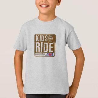 Les enfants veulent juste monter le T-shirts de la