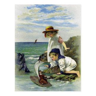 Les enfants vintages ont mis la poupée à la mer carte postale