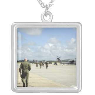 Les équipages aériens disposent à partir pendentif carré