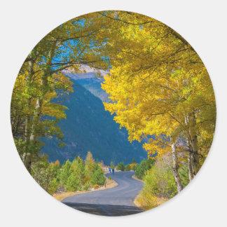 Les Etats-Unis, le Colorado. Route flanquée des Sticker Rond