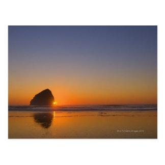 Les Etats-Unis, Orégon, plage avec la roche de Carte Postale