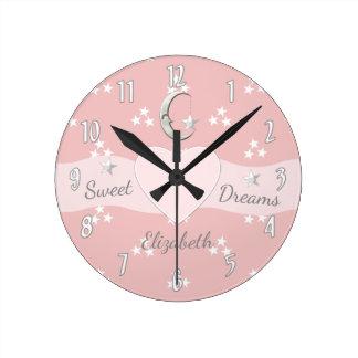 Les étoiles de petite fille et l'horloge de lune horloge ronde