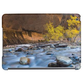 Les étroits de la rivière de Vierge en automne