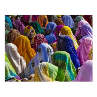 Les femmes dans des saris colorés se réunissent en carte postale
