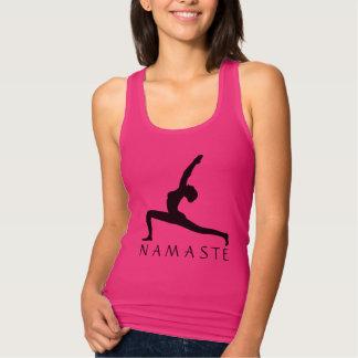 Les femmes de silhouette de pose de yoga affinent débardeur
