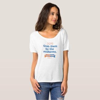 Les femmes les saisissent par le T-shirt d'ami de