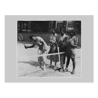 Les filles apprennent à jouer au tennis carte postale
