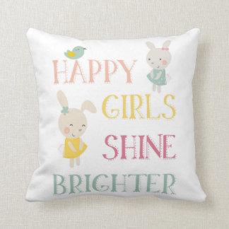 Les filles heureuses brillent un coussin plus