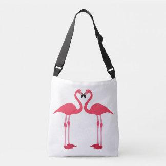 Les flamants roses croisent plus de le sac