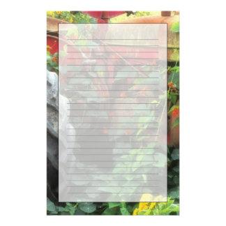 Les fleurs de ressort ornent un vieux tracteur papier à lettre personnalisé