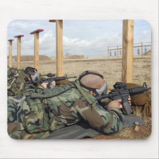 Les fusils de la vue M-4 de soldats s'étendent Tapis De Souris