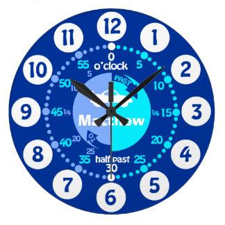 Les garçons apprennent à dire l'horloge de voiture grande horloge ronde