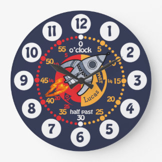 Les garçons d'enfants apprennent à dire l'horloge grande horloge ronde