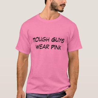 Les gars durs utilisent la chemise rose t-shirt