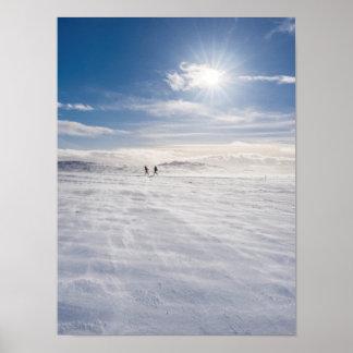 Les gens marchant au-dessus de la neige, Islande Poster