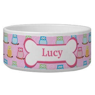 Les hiboux roses à la mode ont customisé le bol de gamelle pour chien