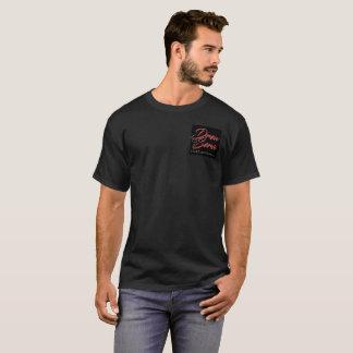 Les hommes ont dessiné le T-shirt de sérums