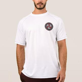 Les hommes sèchent le T-shirt de maille