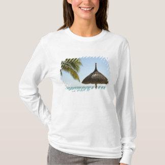 Les Îles Maurice. Scène idyllique de plage avec le T-shirt