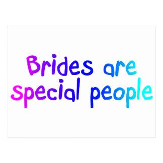Les jeunes mariées sont les personnes spéciales cartes postales