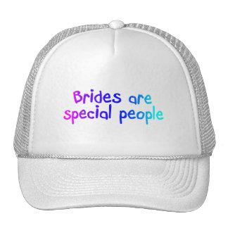 Les jeunes mariées sont les personnes spéciales casquette