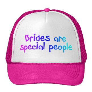 Les jeunes mariées sont les personnes spéciales casquettes